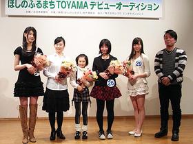 (写真左から)松田梨沙さん、押田栞さん、稲場きさらさん、河内美澪さん、樋口瑞姫さん、川野浩司監督