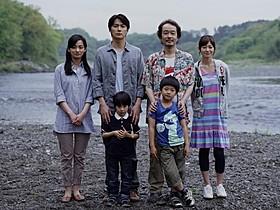 初の父親役に挑む福山雅治、妻役の尾野真千子(左)、共演の真木よう子、リリー・フランキーら「そして父になる」