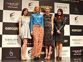 ジル・バレンタインを演じるシエンナ・ギロリー(左から2番目)