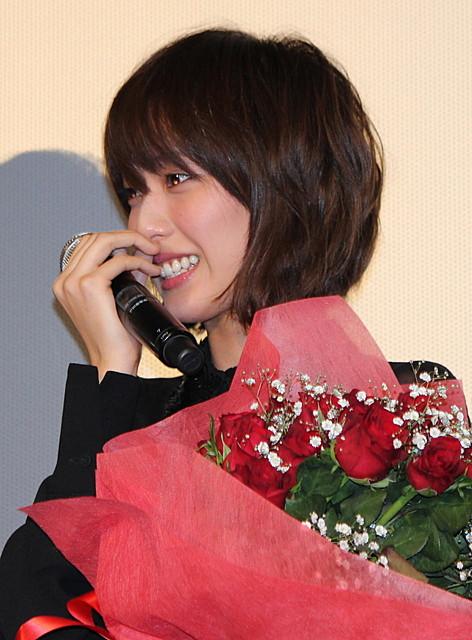 花束を持ったボブスタイルの戸田恵梨香
