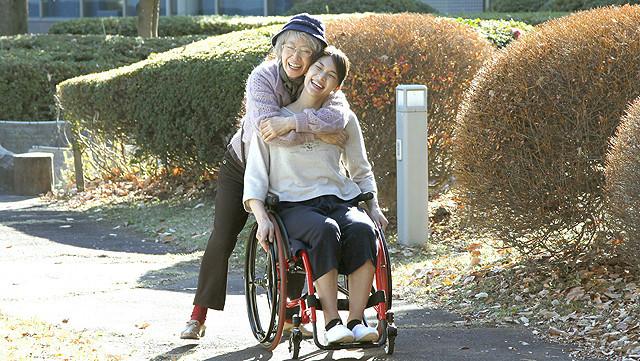 秋元才加が主演する「マンゴーと赤い車椅子」