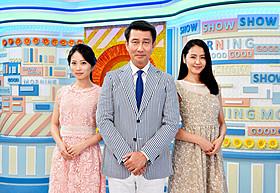 「グッドモーニングショー」に出演する中井貴一(中央) と女子アナ役の長澤まさみ(右)&志田未来