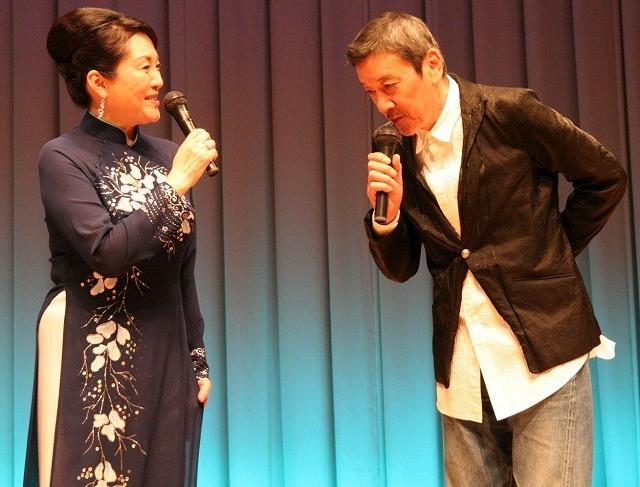 アオザイ姿の松坂慶子(左)に見とれる奥田瑛二