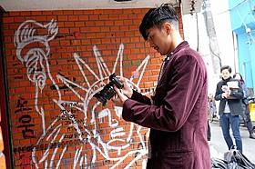 自ら一人称視点の映像を撮影する松田翔太