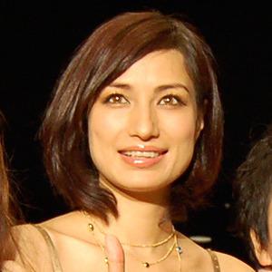 ゴールドのネックレスをつけたワンピースを着ている佐田真由美の画像