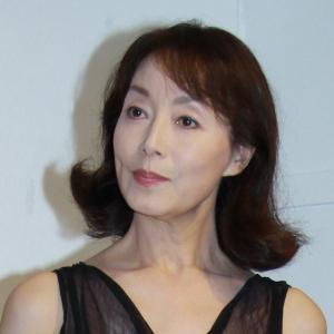 黒いドレスを着てお澄まし顔の美しい島田陽子